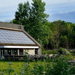 deel van de vergaderlocatie van het bezoekerscentrum de kennemerduinen is zichtbaar in de groene omgeving van het duingebied van het Nationaal Park Zuid Kennemerland