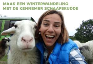 selfie van deelneemster workshop met een schaap uit de kudde, ter promotie van een winter wandeling met de schaapskudde